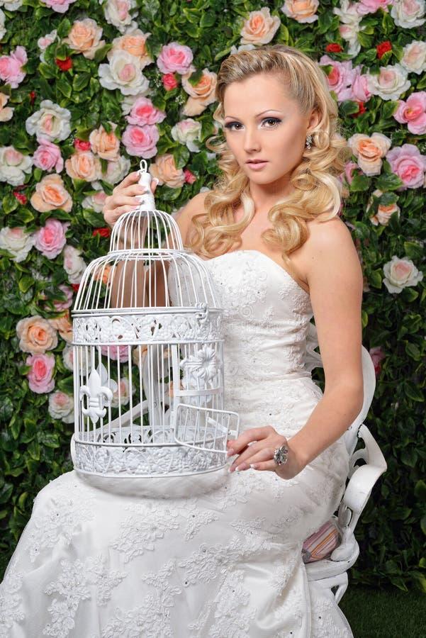 Mooie vrouw in huwelijkskleding in Tuin met bloemen. royalty-vrije stock foto