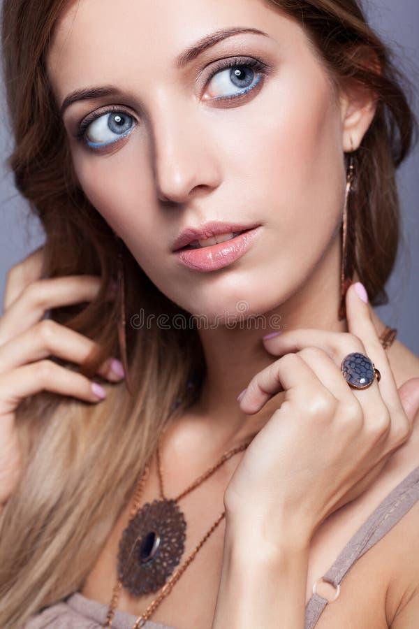 Mooie vrouw in juwelen en bijouterie stock foto