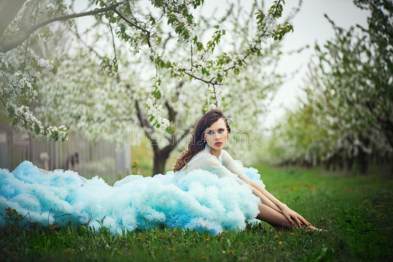 Mooie vrouw in kleding in de tuinen stock foto