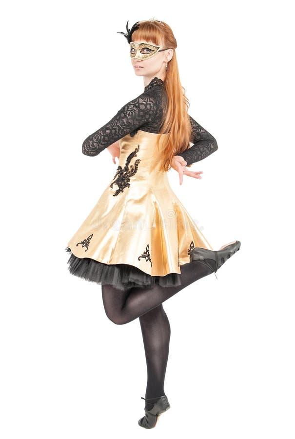 Mooie vrouw in kleding voor Ierse dans en masker die isolat dansen stock fotografie