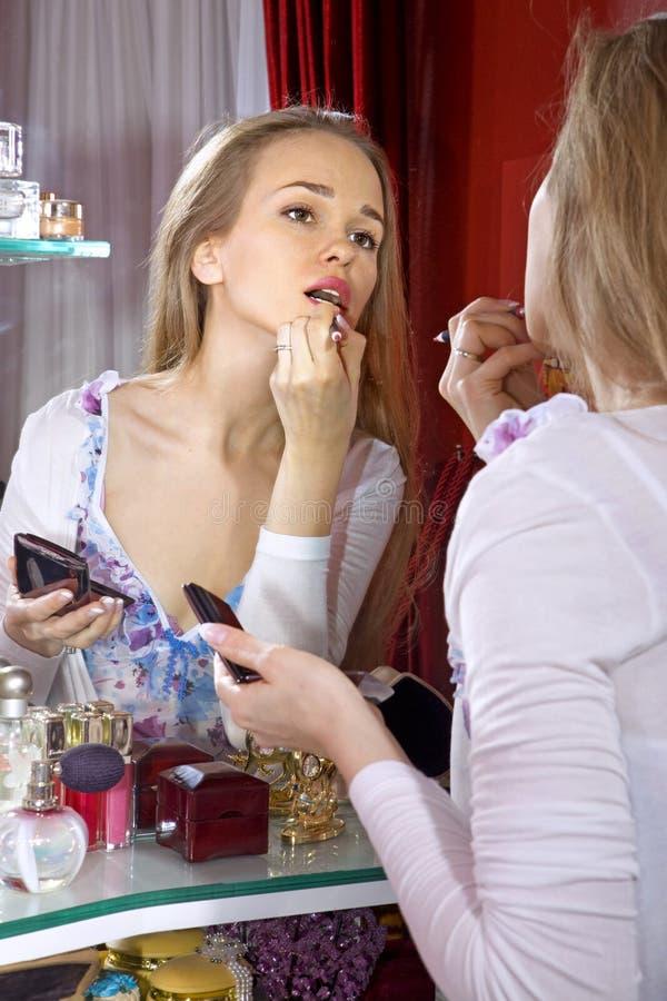 Mooie vrouw in kleedkamer royalty-vrije stock afbeeldingen