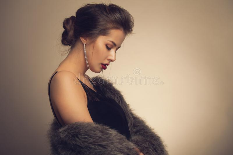 Mooie vrouw in luxebontjas stock foto
