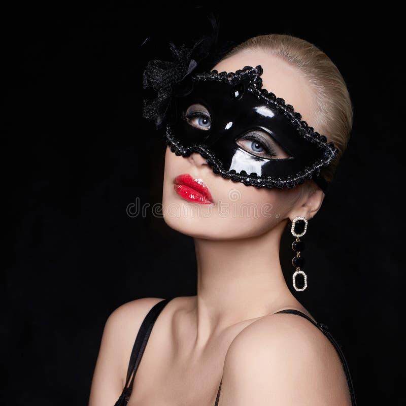 Mooie vrouw in masker royalty-vrije stock afbeeldingen