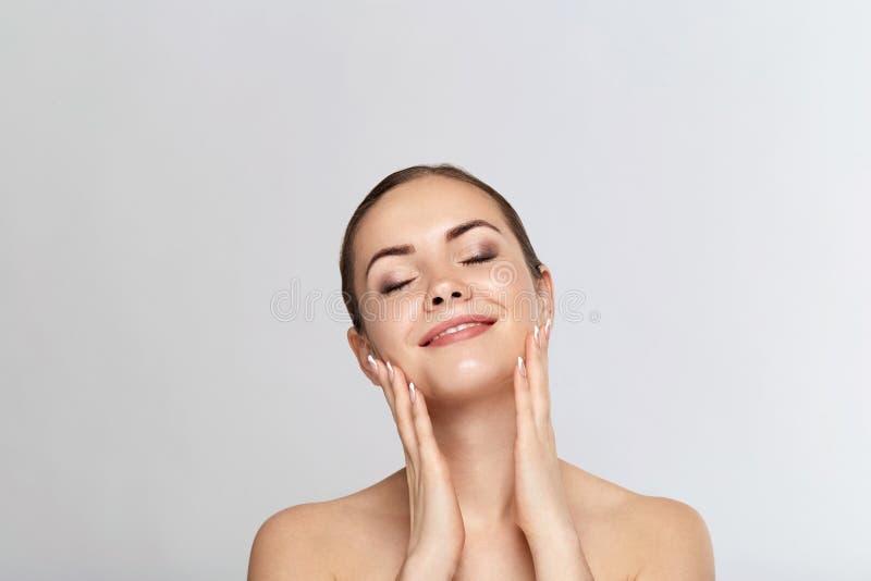 Mooie vrouw met aardmake-up Schoonheidsportret van vrouwelijk gezicht met natuurlijke huid De zorg van de huid De kosmetiek, scho stock foto's
