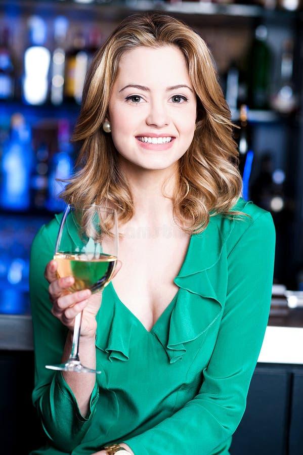 Mooie vrouw met aperitief stock afbeelding
