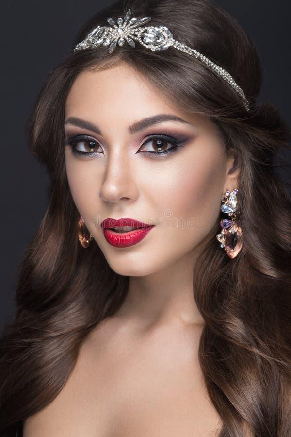 Mooie vrouw met Arabische samenstelling, rode lippen en krullen Het Gezicht van de schoonheid royalty-vrije stock foto