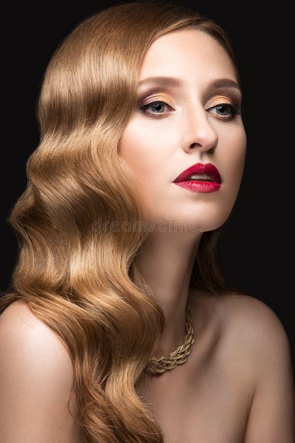 Mooie vrouw met avondsamenstelling, rode lippen en stock afbeeldingen