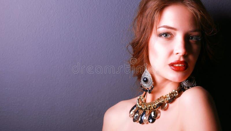 Download Mooie Vrouw Met Avondsamenstelling In Zwarte Kleding Stock Foto - Afbeelding bestaande uit kaukasisch, meisje: 107704544