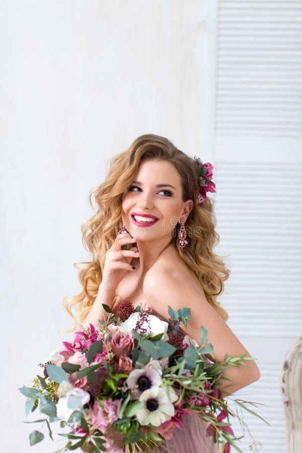 Mooie vrouw met bloemen stock foto's