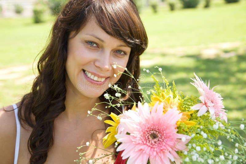 Mooie vrouw met bloemen stock afbeelding