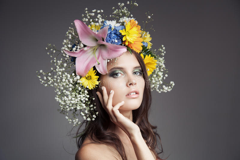 Mooie vrouw met bloemkroon op haar hoofd stock afbeeldingen