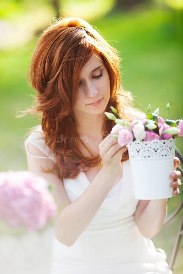 Mooie vrouw met bloempot stock foto