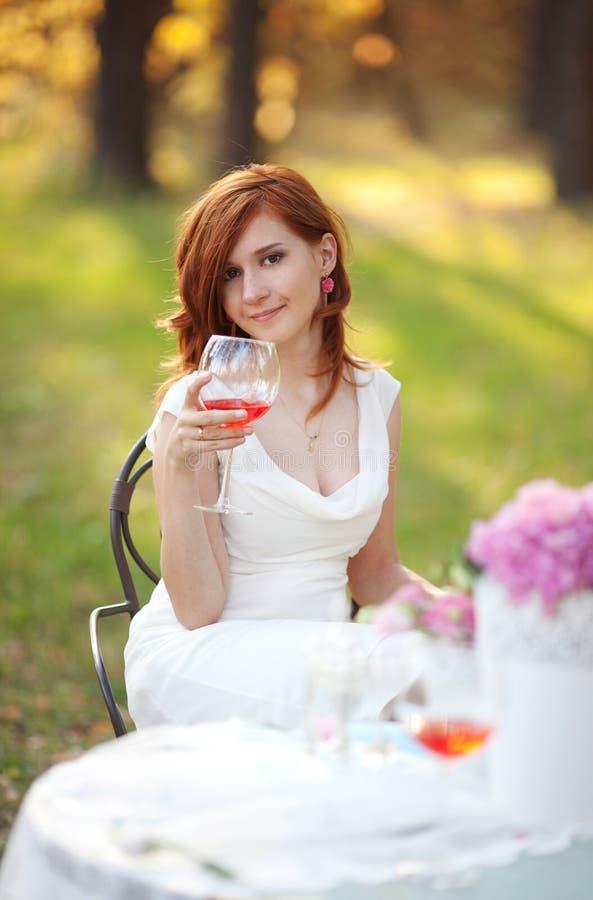 Mooie vrouw met bloempot royalty-vrije stock foto