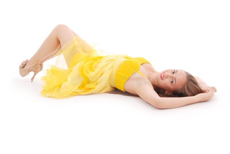 Mooie vrouw met bruin haar in elegante gele kleding royalty-vrije stock afbeelding