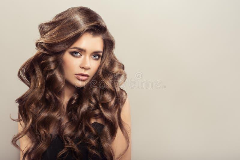Mooie Vrouw met Bruin Krullend Haar hairstyle stock afbeelding