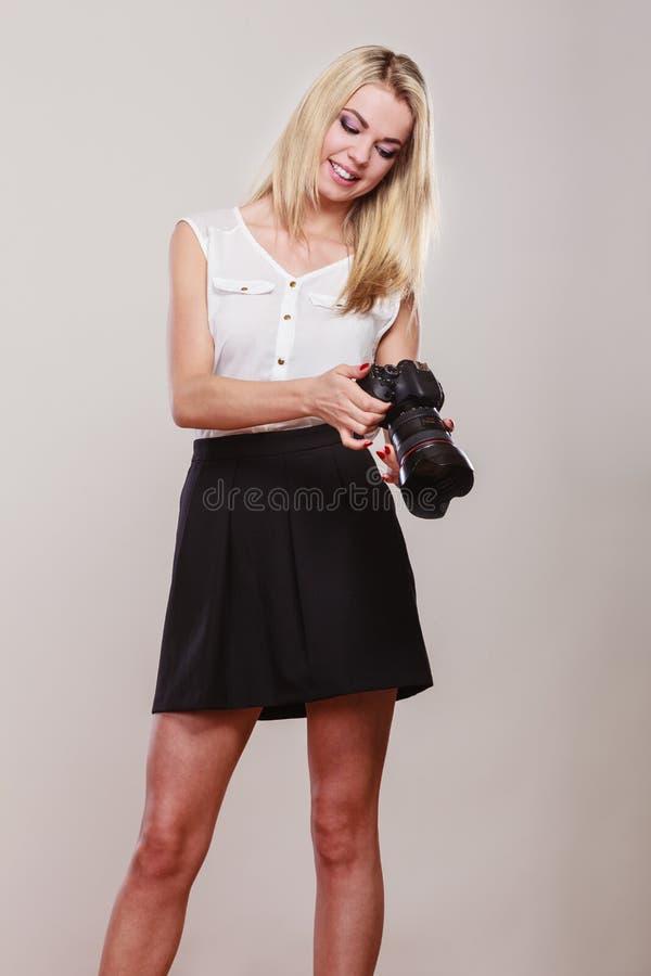 Download Mooie vrouw met camera stock afbeelding. Afbeelding bestaande uit paparazzi - 54091379