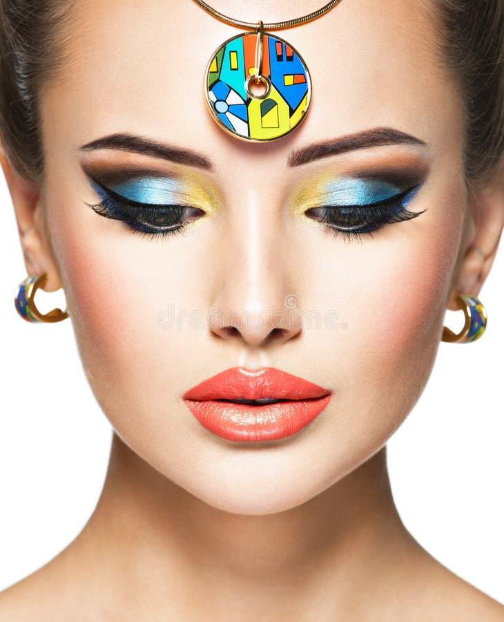 Mooie vrouw met creatieve heldere gekleurde samenstelling stock foto