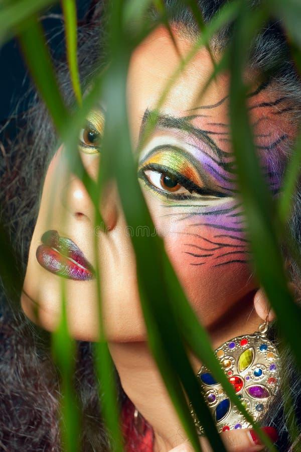 Mooie vrouw met de creatieve samenstelling van de tijgerstijl stock foto