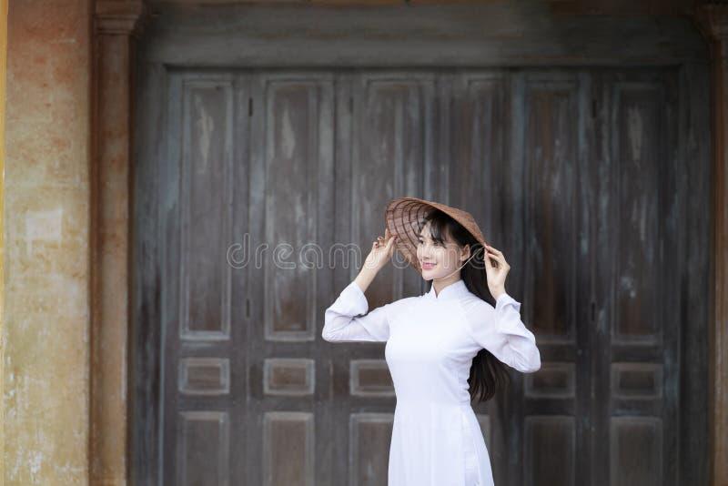 Mooie vrouw met de cultuur traditionele kleding van Vietnam, Ao dai stock afbeeldingen