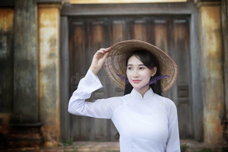 Mooie vrouw met de cultuur traditionele kleding van Vietnam, Ao dai royalty-vrije stock afbeelding