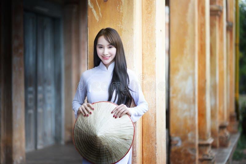 Mooie vrouw met de cultuur traditionele kleding van Vietnam, Ao dai stock foto's