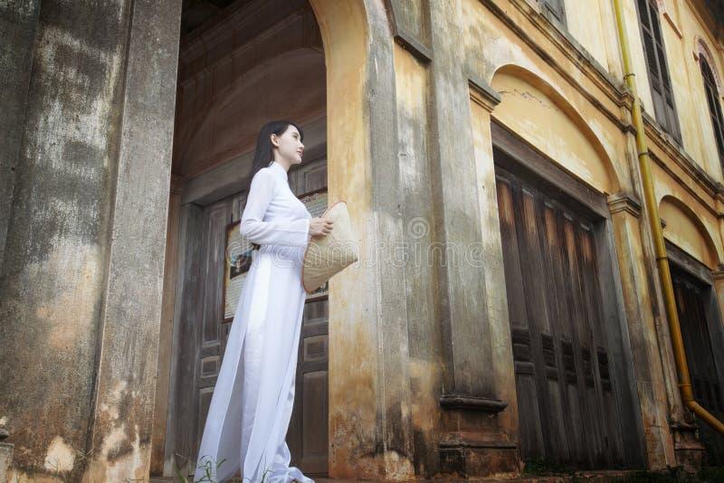 Mooie vrouw met de cultuur traditionele kleding van Vietnam, Ao dai royalty-vrije stock fotografie