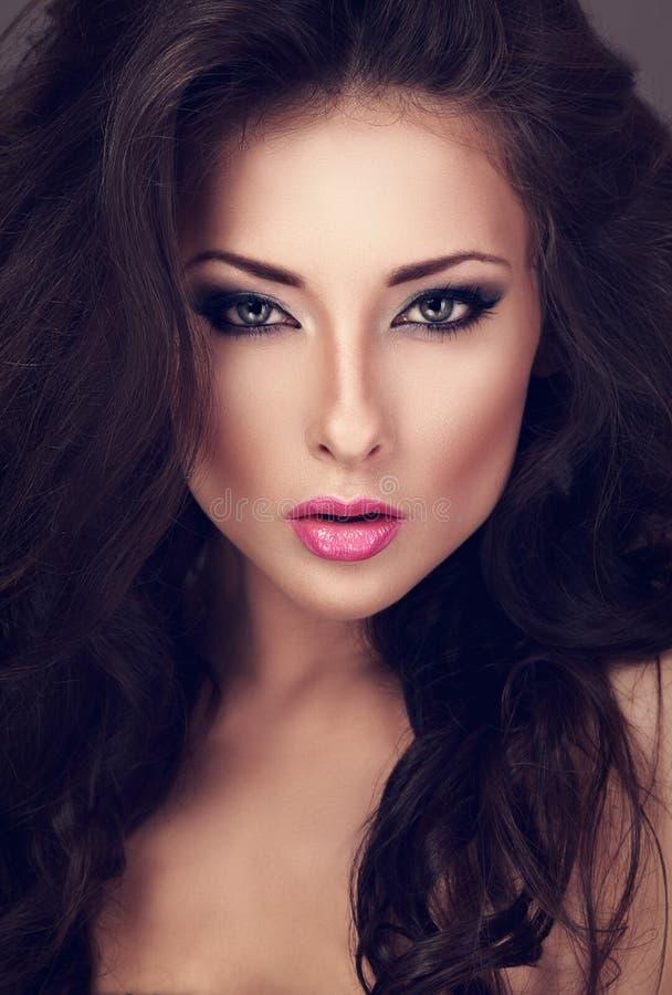 Mooie vrouw met de heldere ogen van de smokeymake-up en roze lippenstift stock foto's