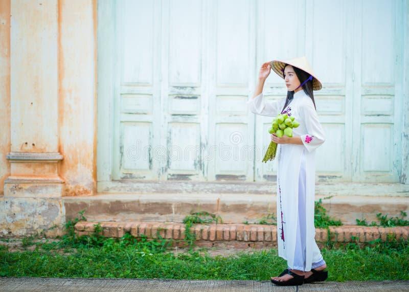 Mooie vrouw met de kleding van de cultuurtranditional van Vietnam stock afbeeldingen
