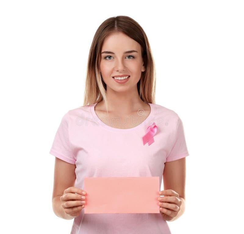 Mooie vrouw met de roze kaart van de lintholding op witte achtergrond Kankerconcept van de borst Schaar die roze bustehouder snij stock foto