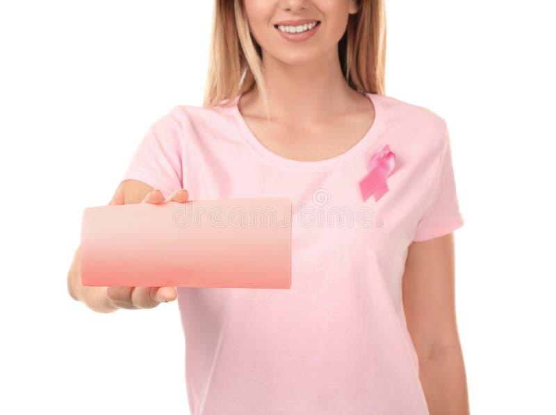 Mooie vrouw met de roze kaart van de lintholding op witte achtergrond Kankerconcept van de borst Schaar die roze bustehouder snij stock afbeeldingen
