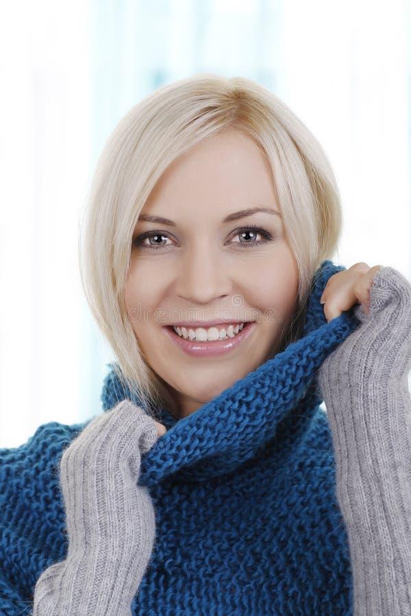 Mooie vrouw met de wintertrui stock afbeeldingen