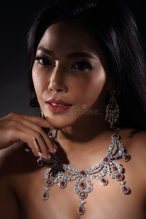 Mooie Vrouw met Diamond Bib Necklace voor Kerstmisvakantie royalty-vrije stock foto's