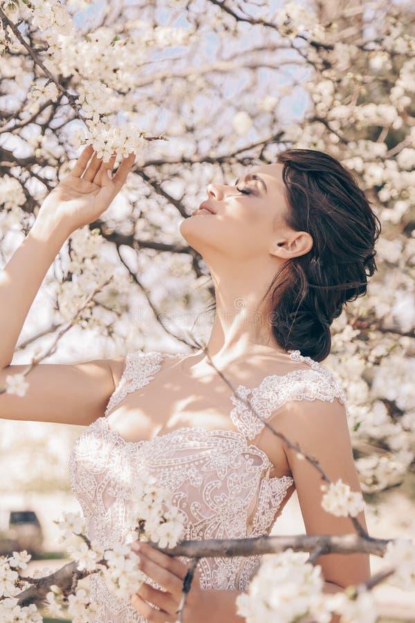 Mooie vrouw met donker haar in luxueuze huwelijkskleding royalty-vrije stock foto's