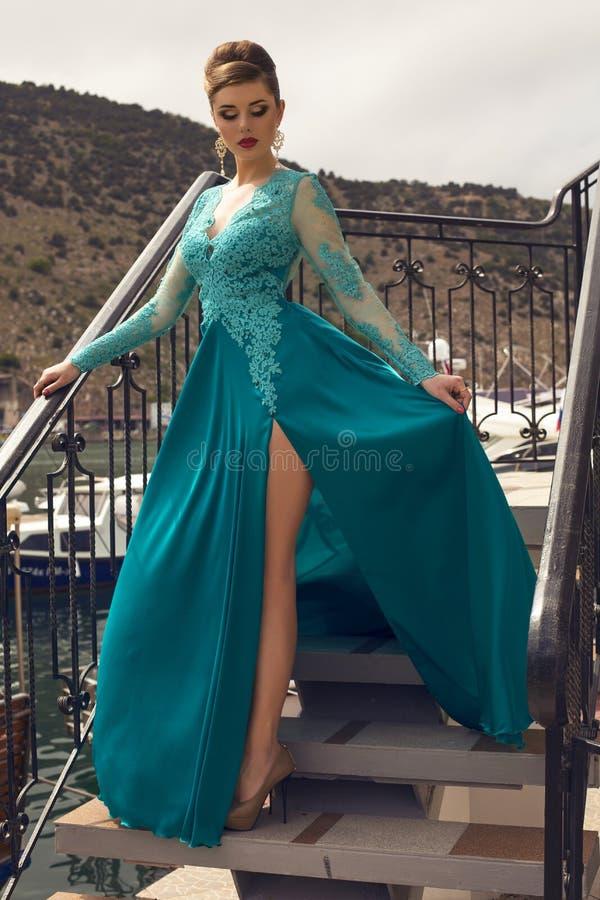 Mooie vrouw met donker haar in luxueuze zijdekleding royalty-vrije stock afbeelding