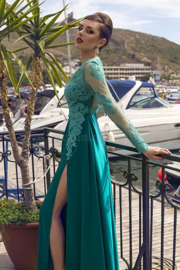 Mooie vrouw met donker haar in luxueuze zijdekleding royalty-vrije stock afbeeldingen