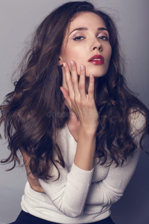 Mooie vrouw met donker haar in wit overhemd royalty-vrije stock fotografie