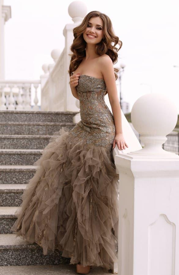 Mooie vrouw met donker krullend haar in luxueuze lovertjekleding stock afbeelding