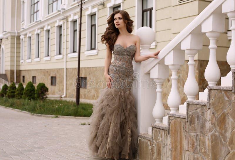 Mooie vrouw met donker krullend haar in luxueuze lovertjekleding stock afbeeldingen