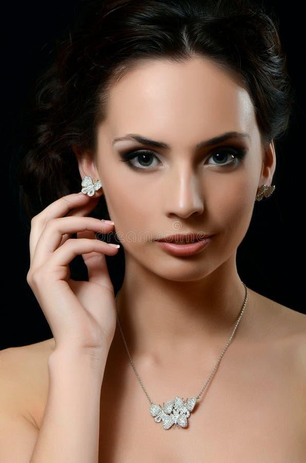 Mooie vrouw met dure juwelen stock foto's