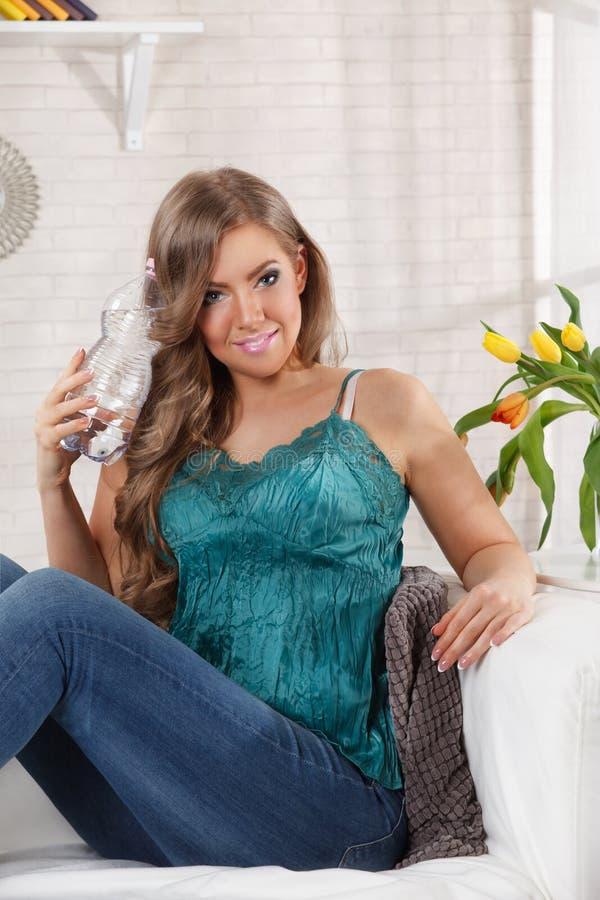 Mooie vrouw met een fles water royalty-vrije stock afbeeldingen