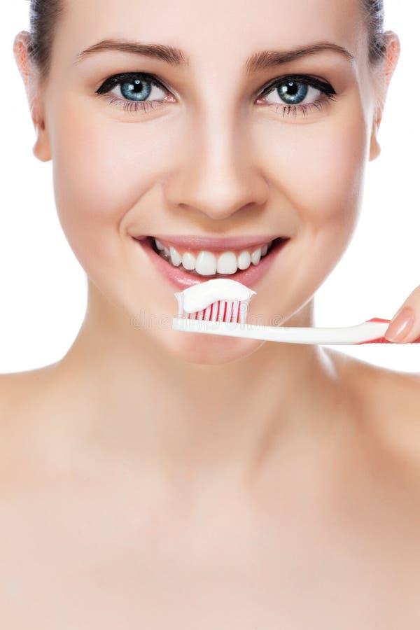 Mooie vrouw met een grote tandenborstel van de glimlachholding stock foto's