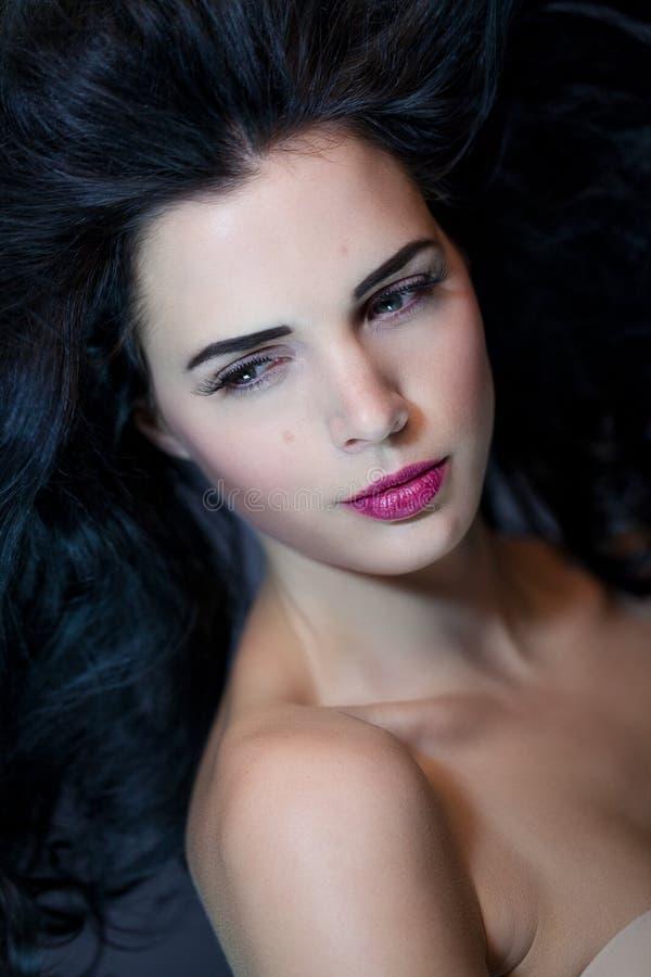 Mooie vrouw met een zachte rustige uitdrukking stock afbeelding