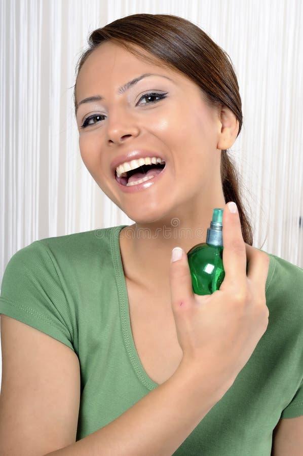 Mooie vrouw met fles parfum stock foto