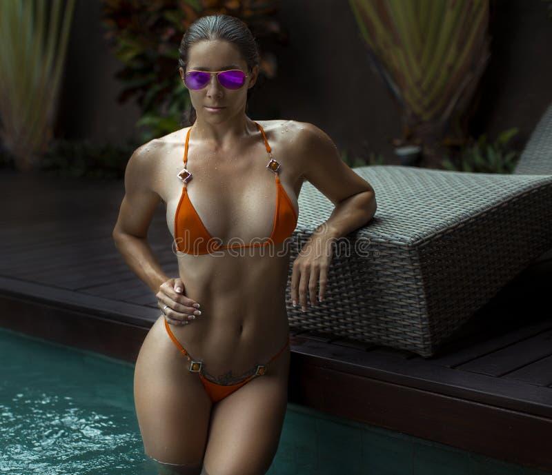 Mooie Vrouw met Geschikt Lichaam in Sexy Bikini, Tropische Klip stock afbeeldingen