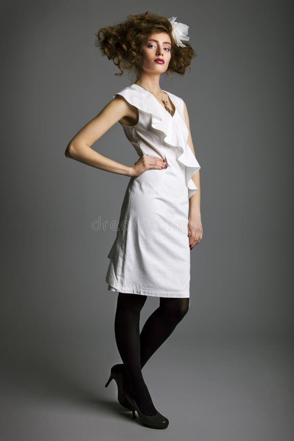 Mooie vrouw met gezond lang bruin haar en verse make-up hairstyle Geïsoleerdg niet op grijze achtergrond royalty-vrije stock foto's