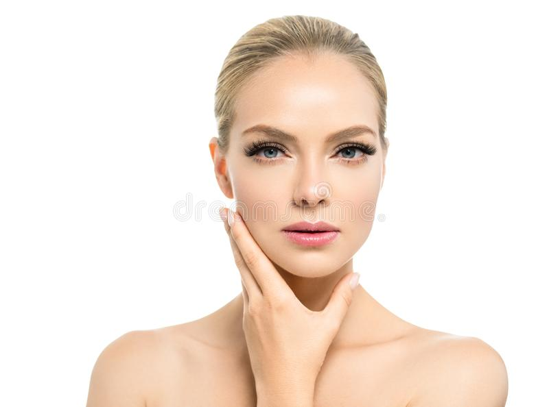 Mooie vrouw met gezond van het het blondehaar van de huid natuurlijk make-up de schoonheidsgezicht met schoonheidszwepen en roze  royalty-vrije stock afbeelding
