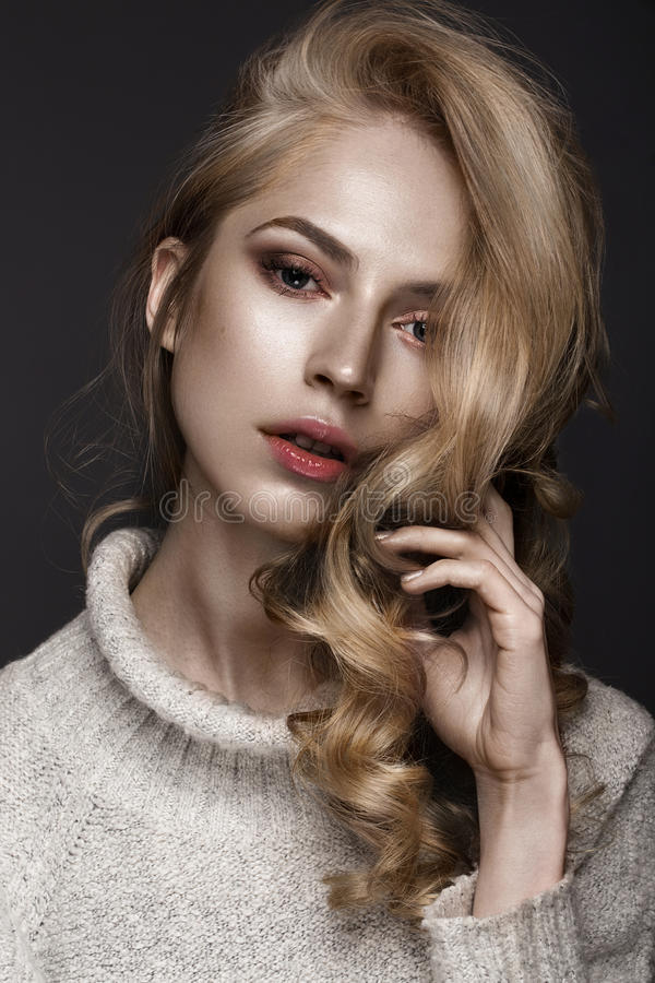 Mooie vrouw met gezonde huid en haarkrullen, die in studio stellen Het Gezicht van de schoonheid stock afbeeldingen