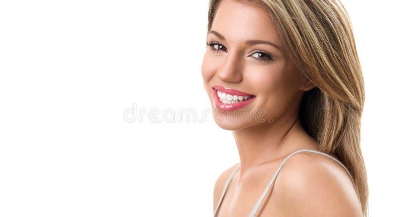 Mooie vrouw met gezonde tanden stock afbeelding
