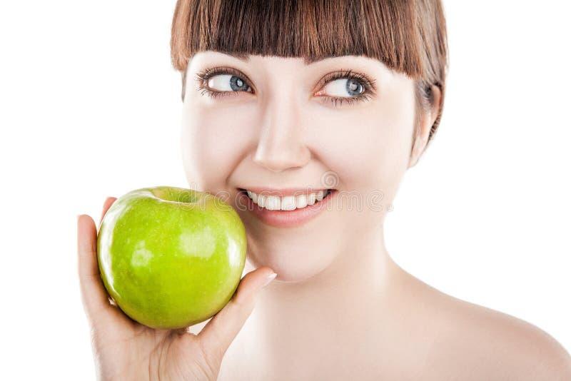 Mooie vrouw met groene appel stock fotografie