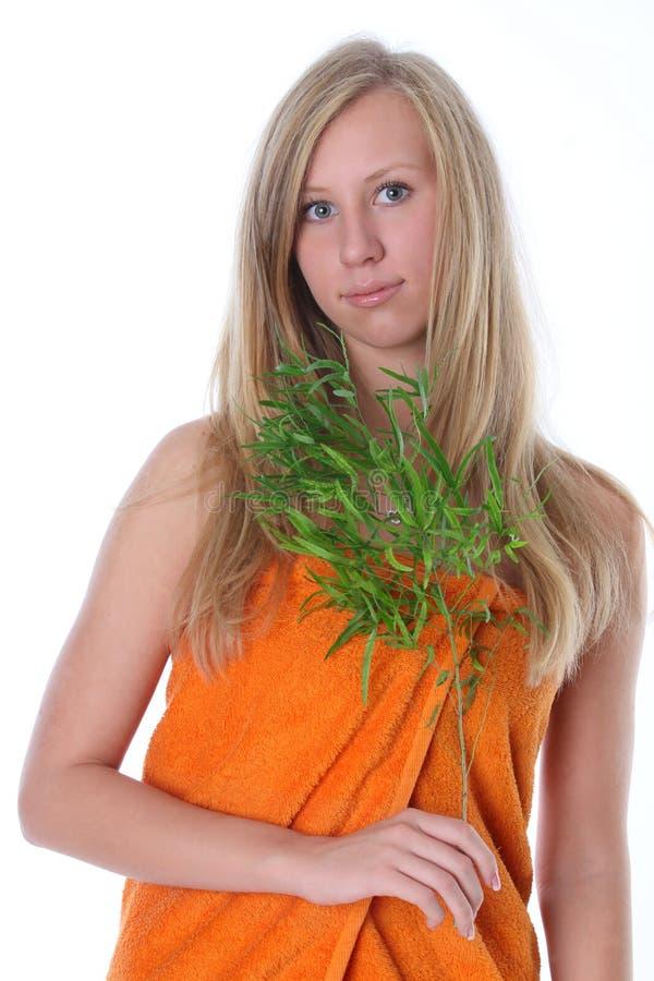 Mooie vrouw met groene bladeren royalty-vrije stock foto